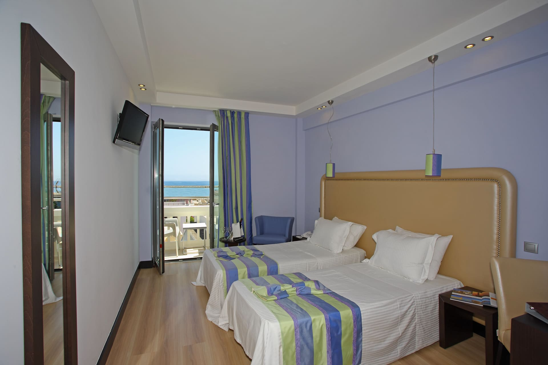STANDARD DOUBLE OR TWIN ROOM SIDE SEA VIEW
